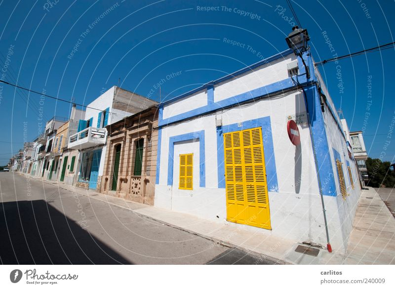 siesta Cloudless sky Summer Beautiful weather Small Town House (Residential Structure) Wall (barrier) Wall (building) Facade Window Door Street Old Illuminate