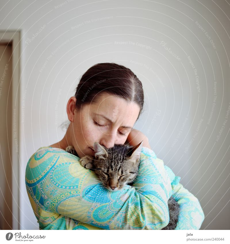 upwind Human being Feminine Woman Adults 1 30 - 45 years Animal Pet Cat Safety (feeling of) Warm-heartedness Sympathy Friendship Together Love of animals