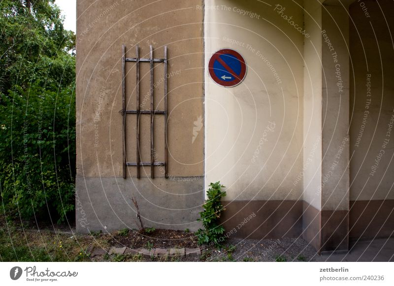 gate passage Deserted House (Residential Structure) Wall (barrier) Wall (building) Facade Lanes & trails No standing Clearway doorway Passage Colour photo