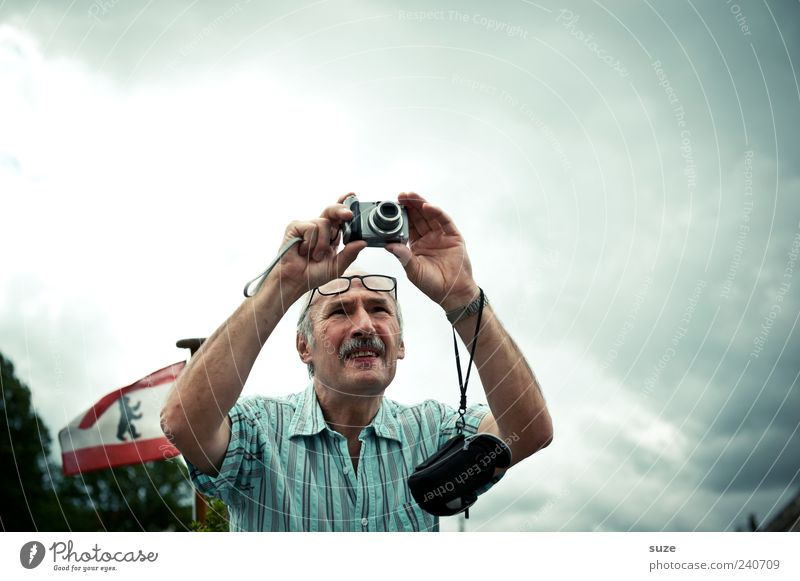 TOURIST Lifestyle Leisure and hobbies Tourism Camera Human being Masculine Man Adults Male senior Senior citizen 1 60 years and older Environment Sky Clouds