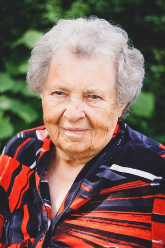 Grandmother VI Feminine Female senior Woman Senior citizen 1 Human being 60 years and older Old Athletic Friendliness Joie de vivre (Vitality) Caution Serene