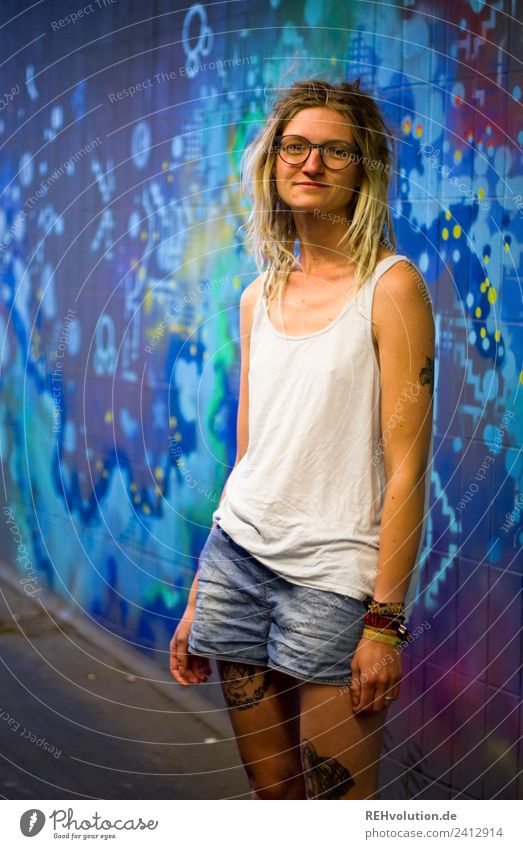 Jule - Young woman with dreads in front of graffiti Lifestyle Leisure and hobbies Human being Feminine Youth (Young adults) 1 18 - 30 years Adults Art