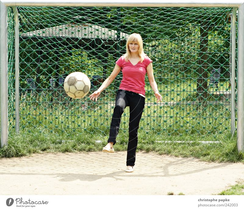 Human being Youth (Young adults) Sports Feminine Playing Soccer Blonde Adults Foot ball Leisure and hobbies Athletic Effort Football pitch Young woman