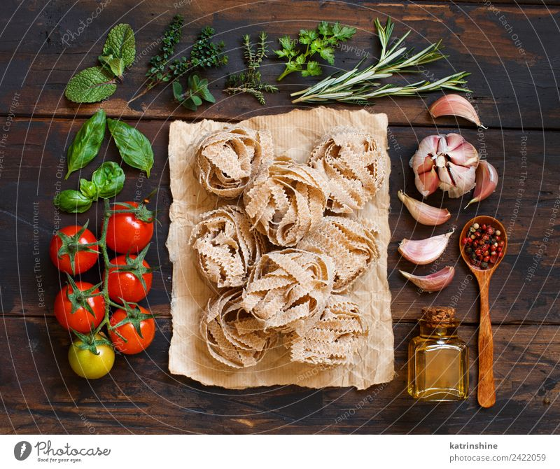 Whole wheat pasta tagliatelle, vegetables and herbs Vegetarian diet Diet Bottle Table Leaf Dark Fresh Brown Green Red Tradition cooking food health healthy