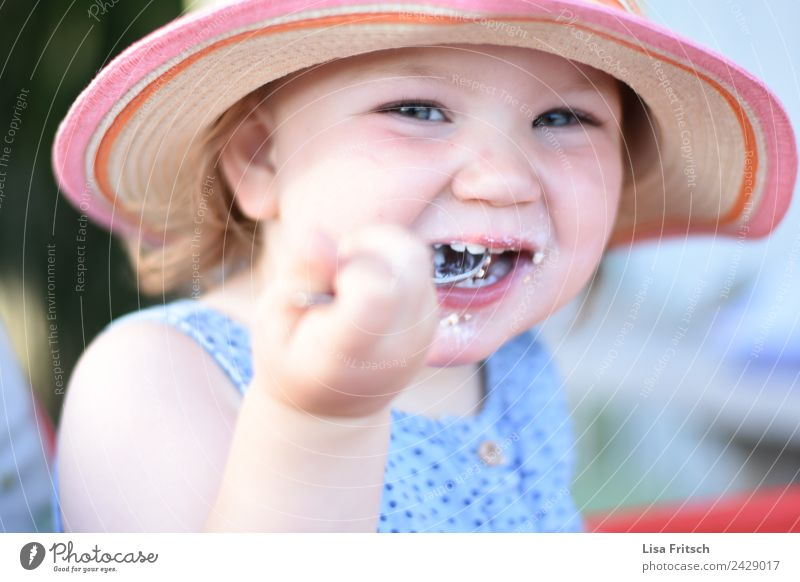 Toddler, food, girl, laugh Eating Spoon Parenting Child Feminine 1 Human being 1 - 3 years Straw hat Sunhat Discover To enjoy Laughter Brash Happiness Happy