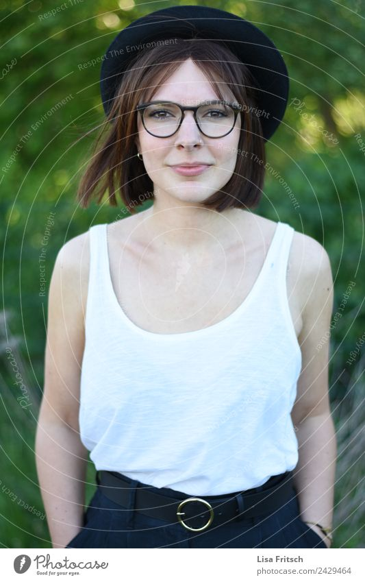 Woman, pretty, young, glasses, hat, upper body Lifestyle Style Beautiful Personal hygiene Feminine Young woman Youth (Young adults) 1 Human being 18 - 30 years