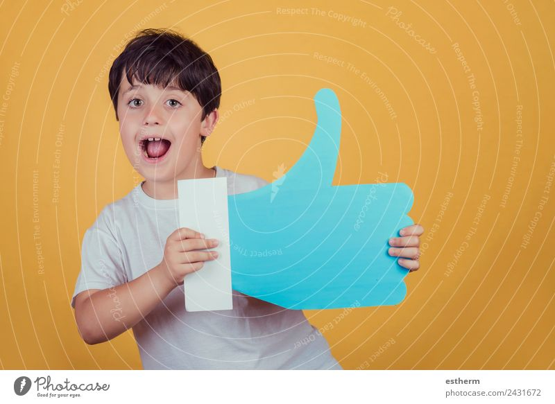 boy with a big like Lifestyle Joy Human being Masculine Child Toddler Boy (child) Infancy 1 8 - 13 years Sign Signs and labeling To hold on Fitness Smiling