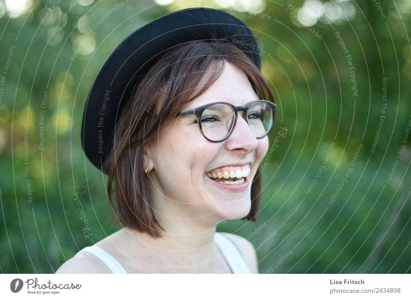 laugh, young woman, hat, glasses Young woman Youth (Young adults) 1 Human being 18 - 30 years Adults Eyeglasses Hat Brunette Short-haired To enjoy Laughter