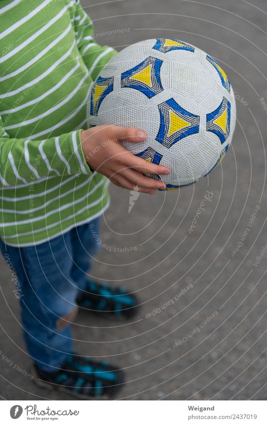Football I Sports Ball sports Soccer Foot ball Kindergarten Child Boy (child) Infancy Youth (Young adults) 1 Human being 3 - 8 years Movement Laughter