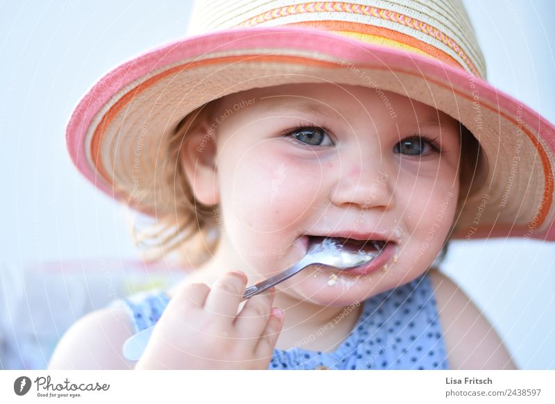 Toddler, food, spoon, coneflower Nutrition Eating Spoon Parenting Child Girl 1 Human being 1 - 3 years Straw hat Sunhat Blonde Short-haired Discover To hold on