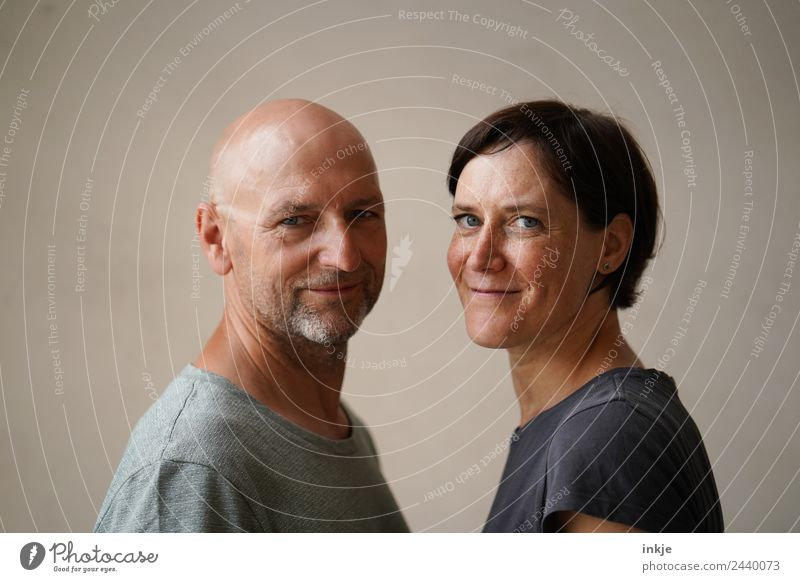 Man and woman face each other Lifestyle Leisure and hobbies Woman Adults Face 2 Human being 30 - 45 years 45 - 60 years Smiling Looking Authentic Friendliness