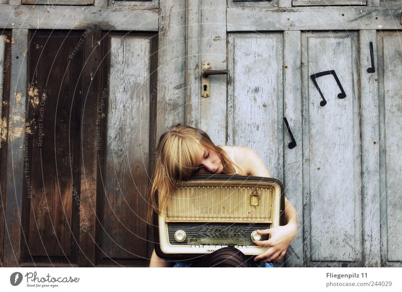 Hach the beautiful music... Style Loudspeaker Radio (device) Young woman Youth (Young adults) Skin 1 Human being Music Listen to music Radio (broadcasting) Gate