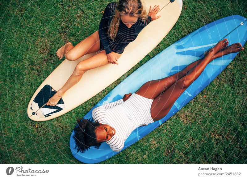Surf girls chitchat Lifestyle Surf school Human being Young woman Youth (Young adults) Couple 1 2 18 - 30 years Adults Enthusiasm Friendship Together Flexible