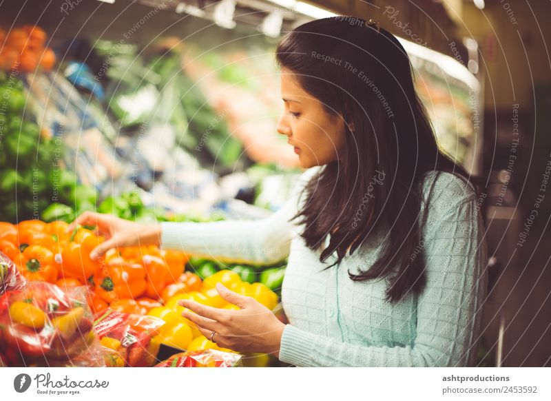 Picking the right vegetable Food Vegetable Fruit Vegetarian diet Diet Shopping Healthy Healthy Eating Wellness Human being Woman Adults 1 13 - 18 years