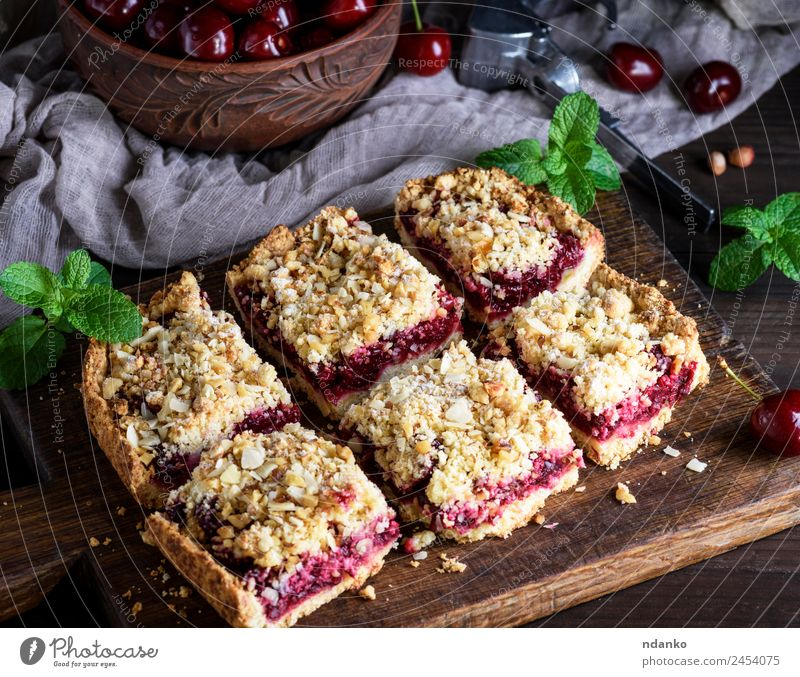 square pieces of cake crumble Fruit Dessert Candy Vegetarian diet Table Wood Fresh Delicious Above Brown Yellow Gold Green Red Black Cherry Pie Baked goods tart