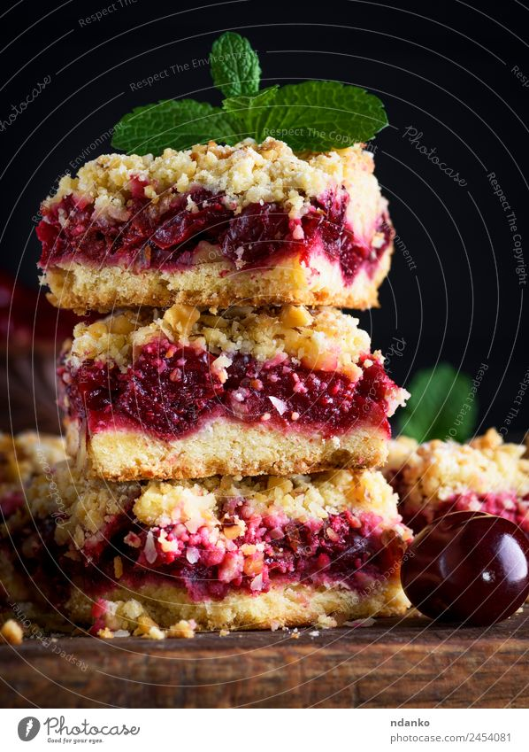 square pieces of cake crumble Fruit Dessert Candy Vegetarian diet Table Wood Fresh Delicious Brown Yellow Gold Green Red Black Cherry Pie Baked goods tart food