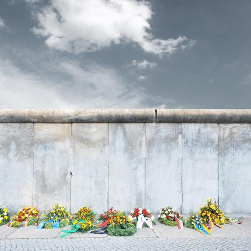 august 1961 Capital city Wall (barrier) Wall (building) Sadness Grief Wreath wall sacrifice The Wall bernauer road Remember Monument Anniversary Sacrifice