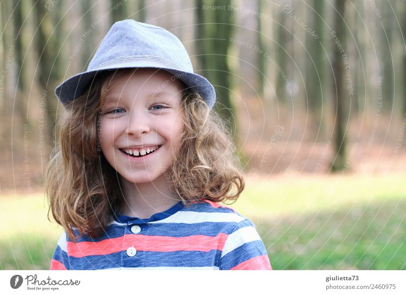 Lifestyle complete only with hat Boy (child) Infancy 1 Human being 8 - 13 years Child Hat Blonde Long-haired Curl Smiling Laughter Cool (slang) Happiness