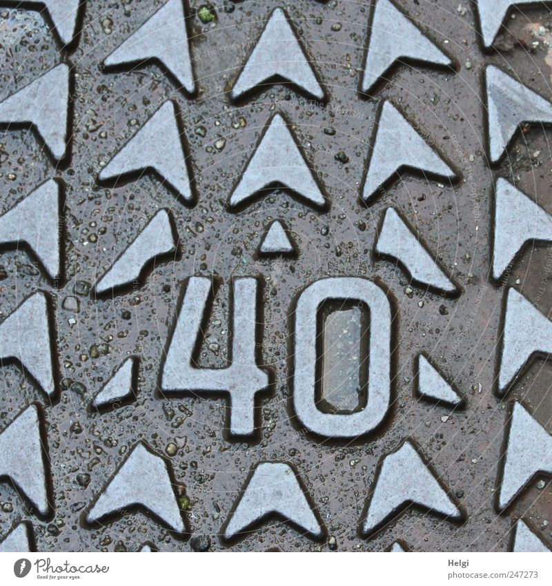 the number 40 in metal with arrows Street Covers (Construction) Gully Decoration Metal Characters Ornament Arrow Old Esthetic Exceptional Sharp-edged Uniqueness