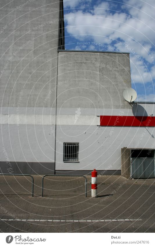 vis-à-vis le flair Building Architecture Wall (barrier) Wall (building) Facade Gloomy Gray Red Parking lot Satellite dish Window Trash container Backyard