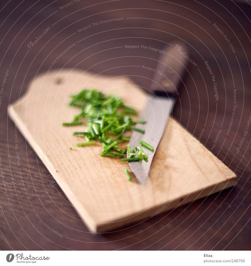 Wooden board with a knife and cut fresh chives Chives Organic produce Vegetarian diet Chopping board Knives Fresh Healthy Green Delicious Herbs and spices