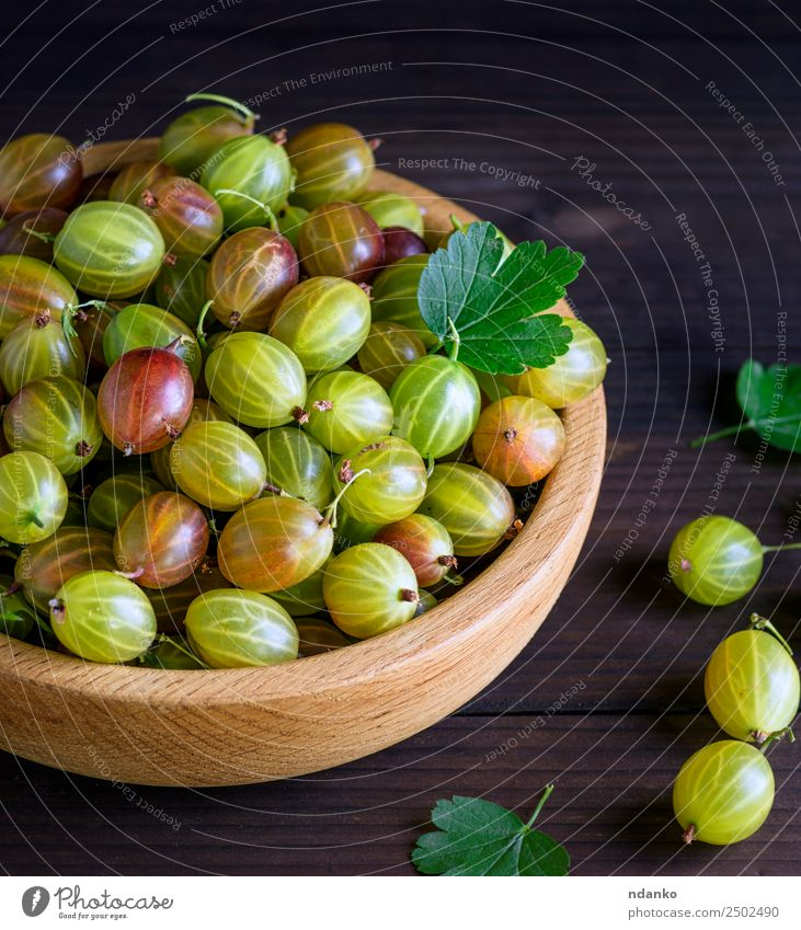 green gooseberries Green Leaf Black Eating Yellow Natural Wood Above Fruit Fresh Table Harvest Mature Berries Plate Bowl