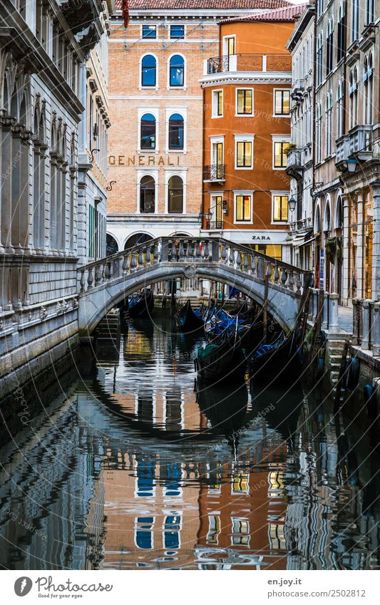 gondola berth Vacation & Travel Sightseeing City trip Summer vacation Venice Italy Europe Town Downtown Old town Deserted House (Residential Structure) Bridge