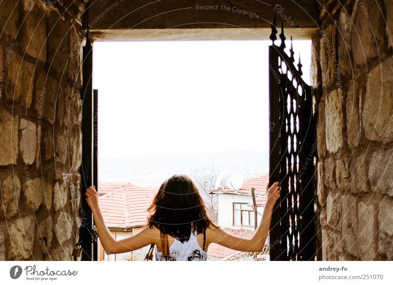 Human being Woman Youth (Young adults) Adults Wall (building) Stone Wall (barrier) Door Open Adventure Tourism New 18 - 30 years T-shirt Curiosity To hold on