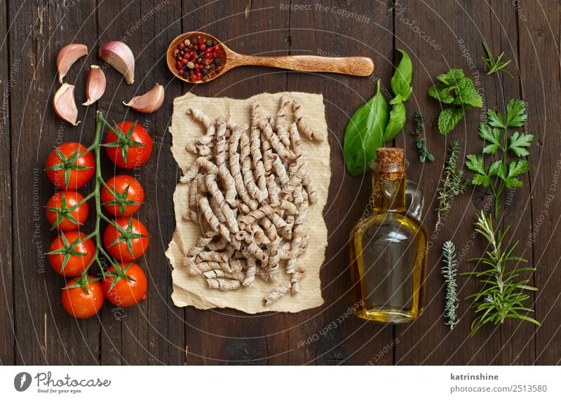 Whole wheat pasta, tomatoes, garlic and herbs Vegetarian diet Diet Bottle Table Leaf Dark Fresh Brown Green Red Tradition cooking food health healthy