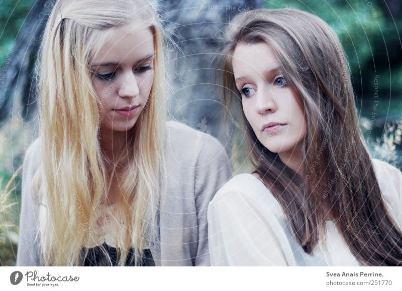 . Feminine Young woman Youth (Young adults) Hair and hairstyles Face 2 Human being 18 - 30 years Adults Park Meadow Brunette Blonde Long-haired Communicate