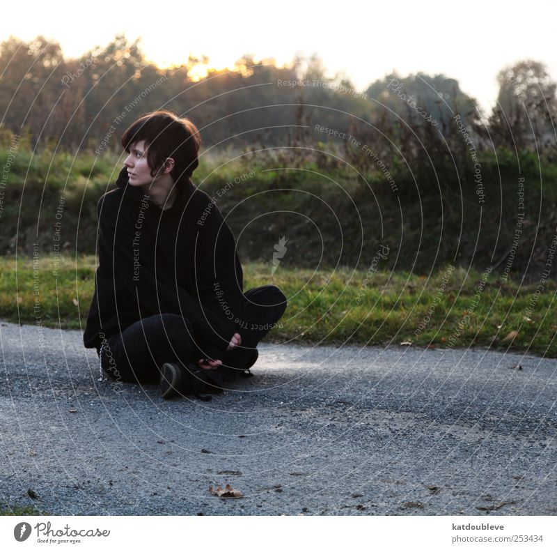 sur la route Androgynous Life 1 Human being 18 - 30 years Youth (Young adults) Adults Environment Sunrise Sunset Autumn Street Brunette Sit Sadness Wait Dark