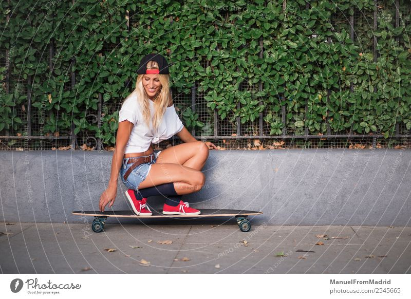 youn woman skating Lifestyle Style Joy Beautiful Leisure and hobbies Summer Woman Adults Downtown Street Sunglasses Blonde Cool (slang) Eroticism Hip & trendy