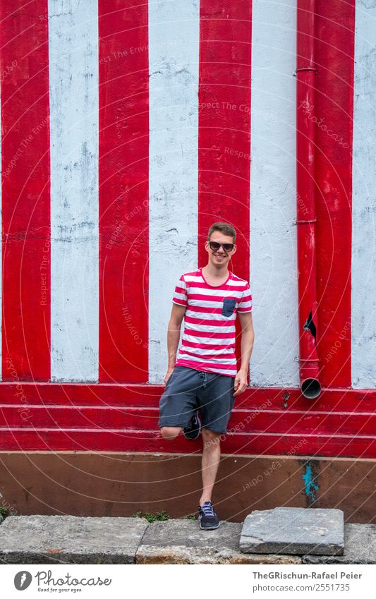 pose Masculine Young man Youth (Young adults) 1 Human being 30 - 45 years Adults Red White Stripe Striped Shorts Warmth Casual clothes Eyeglasses Smiling