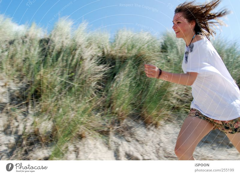 run Masculine Woman Adults Youth (Young adults) Hair and hairstyles Face Nature Wild plant Hill Beach T-shirt Brunette Running Esthetic Elegant Beautiful Speed