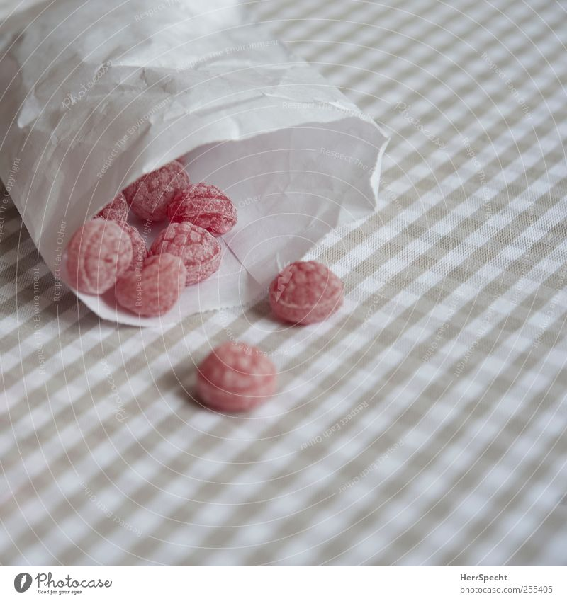 très bon Candy Sweet Gray Red White Paper bag Raspberry Lick Checkered raspberry taste Colour photo Subdued colour Interior shot Close-up Pattern Deserted
