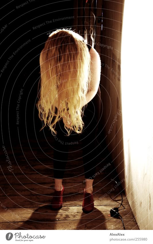 Shake your hair for me! Elegant Dance Attic Floodlight Wooden floor Cable Hair and hairstyles Arm 1 Human being Dancer St. Pauli Wall (barrier) Wall (building)
