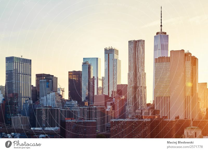 New York City skyline at sunset. Office Sky Cloudless sky Downtown Skyline Populated Overpopulated High-rise Bank building Building Architecture Wall (barrier)