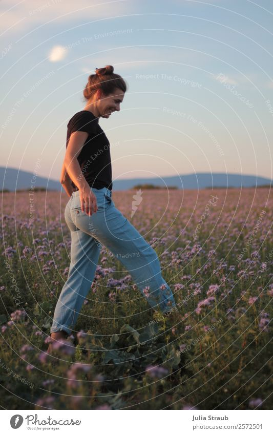 Running Flowers Meadow Woman Feminine Adults 1 Human being 30 - 45 years Sky Horizon Sunlight Summer Beautiful weather Grass phacelia Field T-shirt Jeans