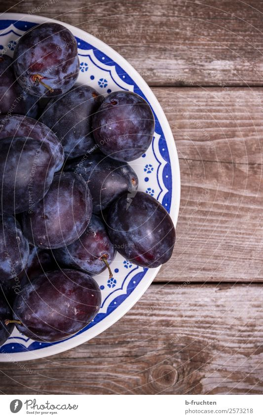 A plate of plums Food Fruit Organic produce Plate Bowl Healthy Eating Kitchen Wood Select Fresh Blue Plum Vitamin Mature Harvest Delicious Candy Colour photo