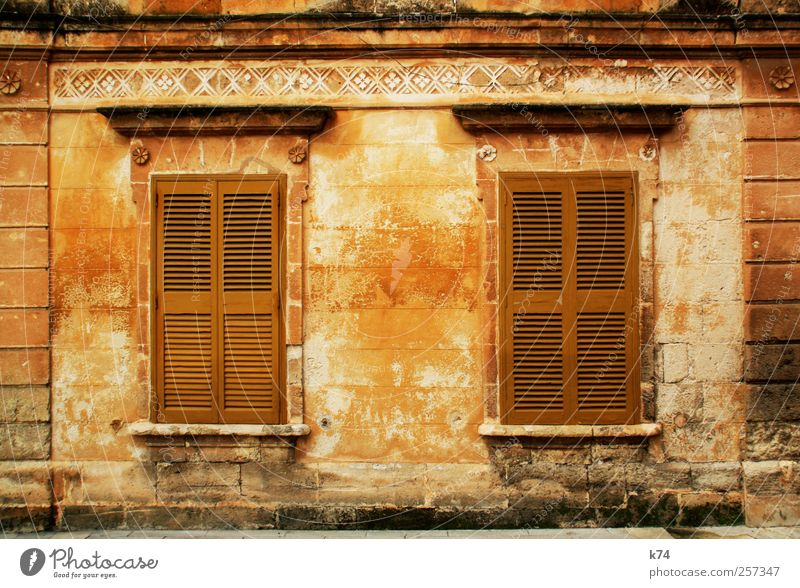 frágil House (Residential Structure) Facade Window Old Dirty Brown Yellow Gold Decline Transience Living or residing Closed Shutter Classicism Nostalgia