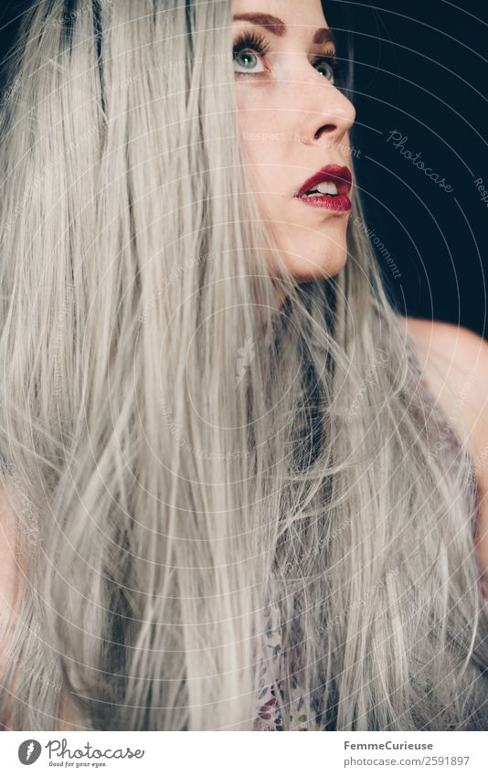 Woman with long grey dyed hair Feminine Adults 1 Human being 18 - 30 years Youth (Young adults) 30 - 45 years Hair and hairstyles Gray Colour Long-haired