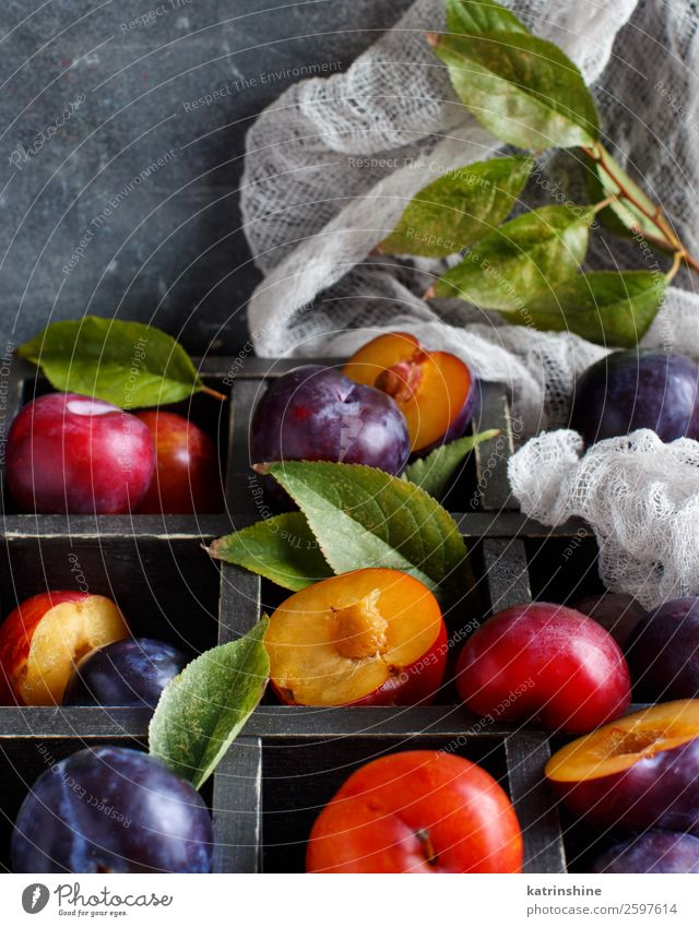 Fresh plums with leaves Fruit Nutrition Vegetarian diet Diet Summer Table Autumn Leaf Wood Juicy Brown Gray Plum Purple Raw Mature agriculture sweet box
