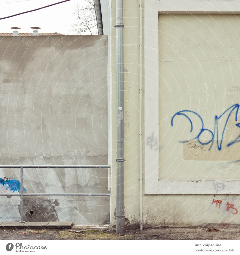 Graffiti Wall (building) Wall (barrier) Metal Facade Concrete Broken Gloomy Simple Handrail Sharp-edged Rain gutter