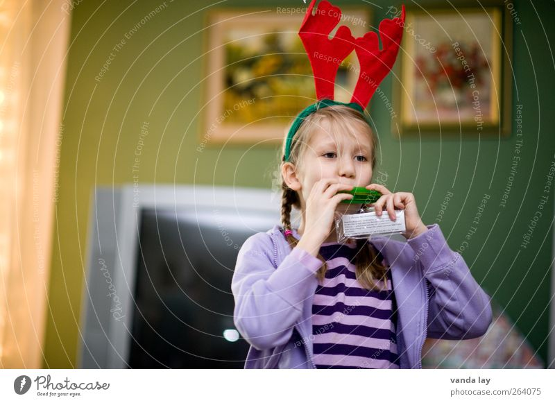 domestic music Leisure and hobbies Playing Flat (apartment) Living room Christmas & Advent Human being Child Girl 1 8 - 13 years Infancy Blonde Braids Toys