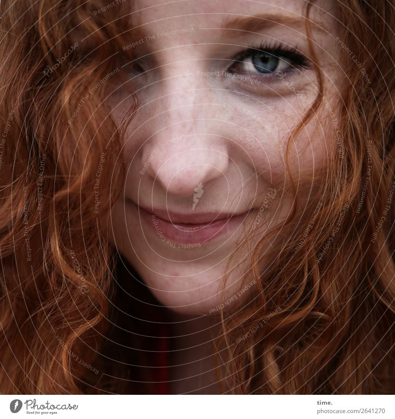 nina Feminine Woman Adults 1 Human being Red-haired Long-haired Curl Observe Smiling Looking Friendliness Happiness Beautiful Astute Warmth Contentment