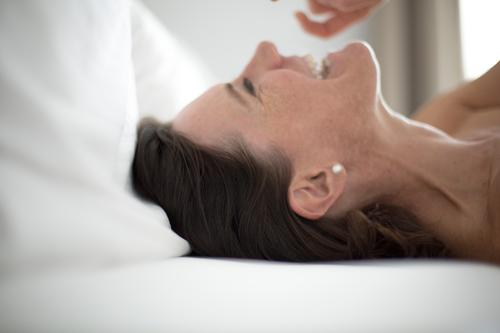weekend Beautiful Living or residing Bed Bedroom Woman Adults Life Head Face Neck Woman`s neck Arteria carotis communis 1 Human being Earring Pearl Black-haired