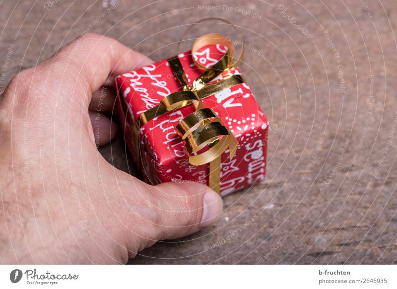A little thank-you Shopping Luxury Joy Save Feasts & Celebrations Christmas & Advent Man Adults Hand Fingers 1 Human being Packaging Bow Select Touch To hold on