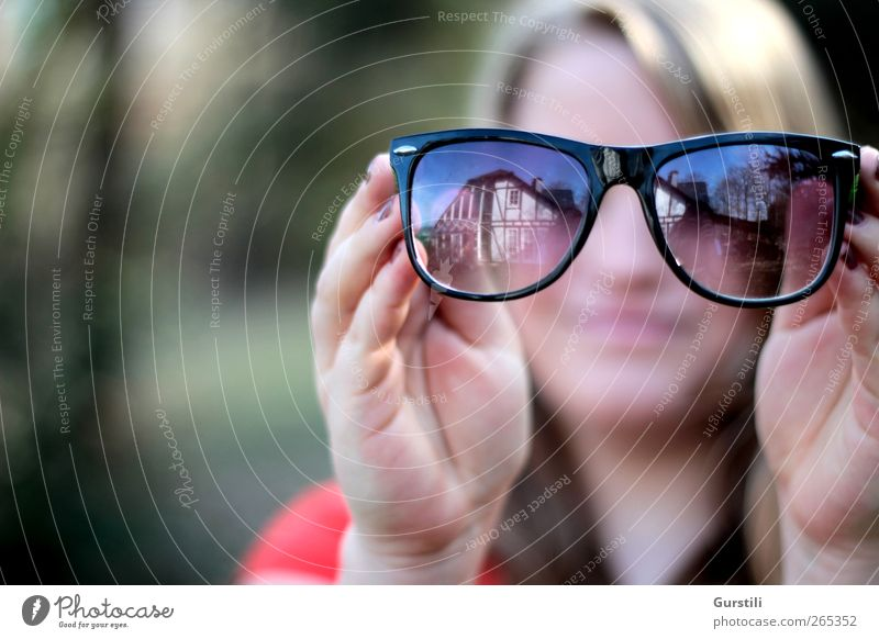 eyewear wearer Feminine Youth (Young adults) 1 Human being Sunglasses Observe To hold on Looking Cool (slang) Hip & trendy Mysterious Identity Curiosity