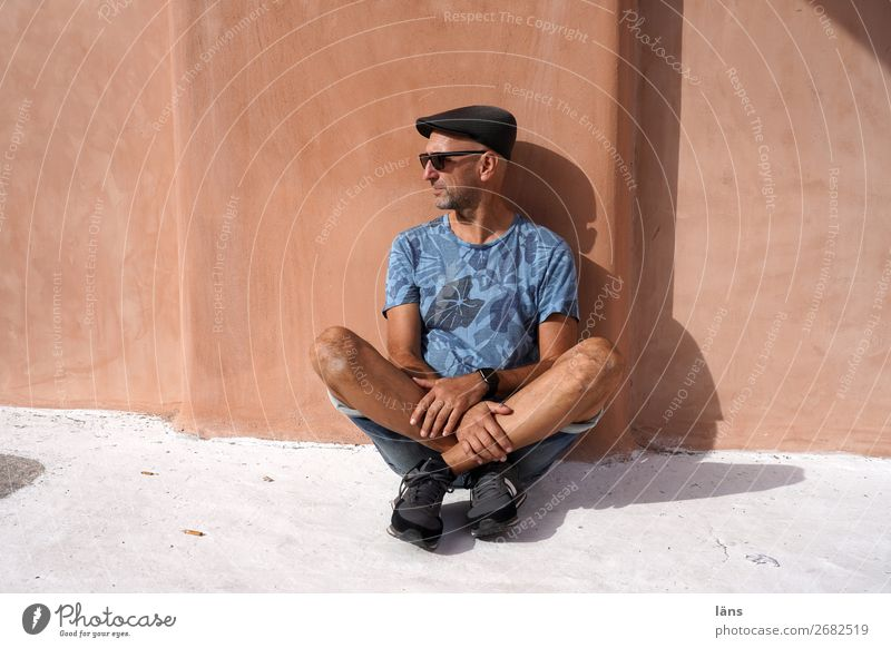 CUTTER SEAT Human being Masculine Man Adults Life 1 60 years and older Senior citizen Wall (barrier) Wall (building) Facade Lanes & trails Observe Looking Sit