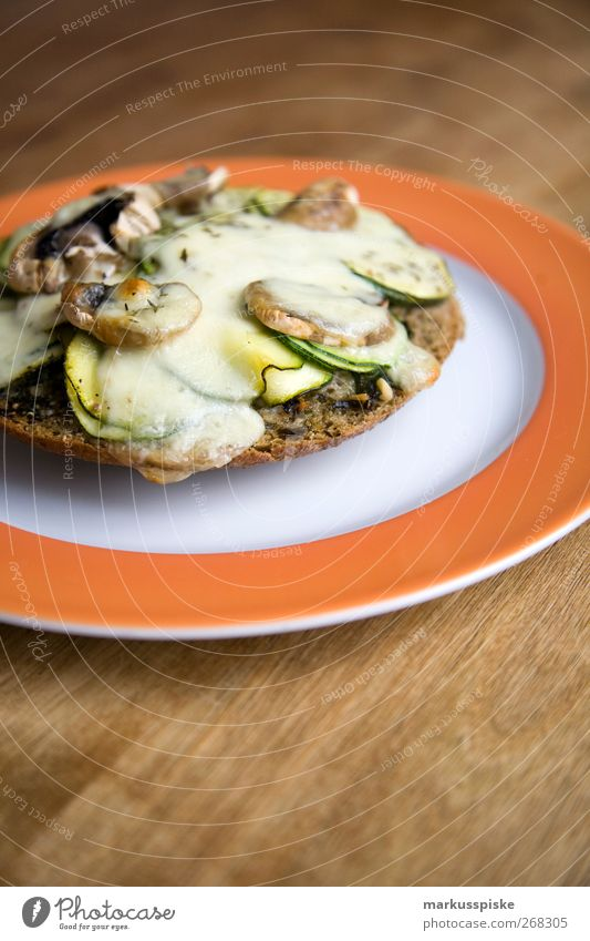 basil flatbread with zucchini and mushrooms au gratin Food Cheese Lettuce Salad Dough Baked goods Bread Herbs and spices Cooking oil Button mushroom Flat bread